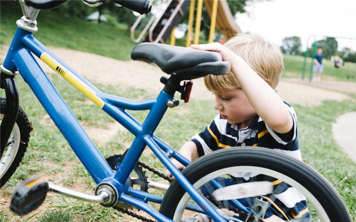 共享单车风靡后,骑单车上下班或者外出办事的人越来越多了,道路上发生自行车怒的情况也更加常见。 Bike rage refers to acts of verbal or gestural anger or physical aggression between cyclists and other users of bike paths or roadways, including pedestrians, other cyclists, motorcyclists, or drivers.